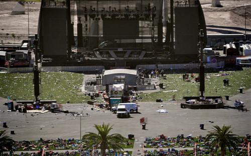 <p>В ночь на 2 октября 64-летний Стивен Пэддок, заселившись в отель Mandalay Bay в Лас-Вегасе, открыл стрельбу по находившимся внизу гостям фестиваля кантри-музыки Route 91. Трагедия в Лас-Вегасе стала крупнейшим в истории США массовым убийством людей с применением огнестрельного оружия.</p>
