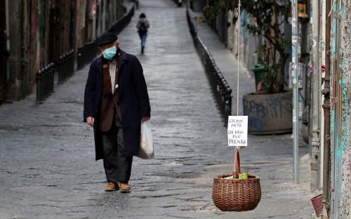 Корзина для благотворительного обмена едой на улицеНеаполя, Италия