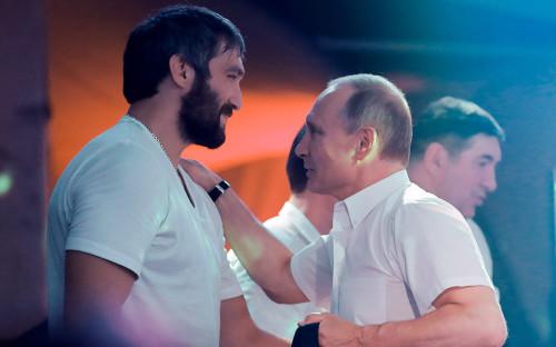 Александр Овечкин (слева) и Владимир Путин