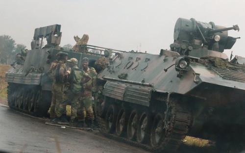 """<p>В ночь на 15 ноября военные в Зимбабве <a href=""""http://www.rbc.ru/society/15/11/2017/5a0b87d99a79479c2e6fe13e"""">взяли</a> под свой контроль гостелекомпанию ZBC, поместили под арест президента страны Роберта Мугабе, который правил там с 1980 года, и задержали министра финансов. Ситуация была спровоцирована решением Мугабе отправить в отставку вице-президента Эммерсона Мнангагву.</p>"""