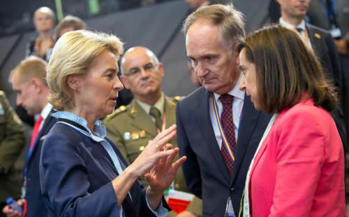 Урсула фон дер Лейен (слева) на встрече представителей стран НАТО в Брюсселе