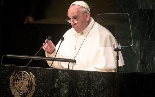 """<p><strong style=""""line-height: 1.6;"""">Папа Римский Франциск</strong></p>  <p>В пятницу, 25 сентября, с&nbsp;трибуны Генассамблеи ООН выступил папа римский Франциск. В своей речи он подробно остановился на&nbsp;таких проблемах, как&nbsp;международные конфликты, борьба с&nbsp;бедностью и&nbsp;охрана окружающей среды.</p>  <p>По словам понтифика, при&nbsp;разрешении мировых конфликтов и&nbsp;преодолении их последствий должно доминировать &laquo;международное право и&nbsp;неустанные переговоры&raquo;. Устав&nbsp;ООН, сказал папа, должен применяться &laquo;не&nbsp;как&nbsp;инструмент, маскирующий сомнительные намерения&raquo;, а&nbsp;как &laquo;правовой ориентир&raquo; для&nbsp;достижения мира.</p>  <p><em>&laquo;Этика и&nbsp;право, основанные на&nbsp;угрозах взаимного уничтожения, &lt;&hellip;&gt; содержат в&nbsp;себе внутреннее противоречие и&nbsp;являются вызовом всему устройству ООН&raquo;</em>,&nbsp;&mdash; отметил&nbsp;он. Папа призвал бороться за&nbsp;мир без&nbsp;ядерного оружия. Недавнее соглашение по&nbsp;ядерной проблеме в&nbsp;Азии и&nbsp;на&nbsp;Ближнем Востоке стало доказательством возможности искренней реализации доброй политической воли и&nbsp;законности.</p>  <p>Папа также&nbsp;заявил, что&nbsp;в&nbsp;мире проявились серьезные негативные последствия политического и&nbsp;военного вмешательства, на&nbsp;которые международное общество не&nbsp;давало согласия. В любой конфликтной ситуации, например на&nbsp;Украине, в&nbsp;Сирии, Ираке, Ливии, Судане, жизни конкретных людей должны стоять выше любых узкопартийных интересов, сколь&nbsp;бы законными они ни&nbsp;были. Святейший отец призывал через&nbsp;законы и&nbsp;механизмы международного права делать все возможное для&nbsp;прекращения насилия и&nbsp;для&nbsp;защиты невинных людей.</p>  <p>Понтифик также&nbsp;отметил, что&nbsp;экологический кризис и&nbsp;масштабное разрушение биологического разнообразия ставит под&nbsp;удар существование человеческого вида. К нерациональному использованию природных ресурсов, по&"""