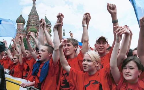 """<p><span style=""""font-size:16px;""""><strong>7 мая 2001 года</strong></span></p>  <p>В день годовщины инаугурации Владимира Путина на пост президента России &laquo;Идущие вместе&raquo; провели на Васильевском спуске массовую акцию, получившую название &laquo;Идущие вместе&raquo; с президентом&raquo;.</p>"""