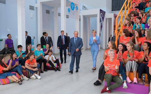 Владимир Путин во время посещения образовательного центра «Сириус»