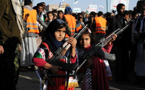 <p>После выступления Трампа десятки тысяч человек собрались на митинг в столице Йемена Сане. Протестующие размахивали йеменскими и палестинскими флагами и скандировали антиамериканские лозунги.</p>