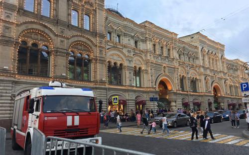 <p>Массовые сообщения об эвакуации в Москве начали поступать в экстренные службы во второй половине дня 13 сентября. Всего, по различным данным, таких звонков было от 20 до 40.</p>  <p>Из-за эвакуации была приостановлена работа ГУМа.</p>