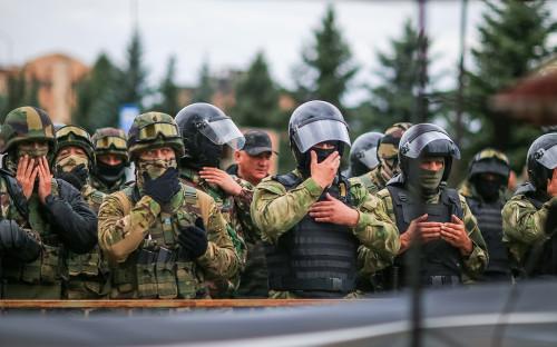 Сотрудники полиции во времямитинга в Магасе