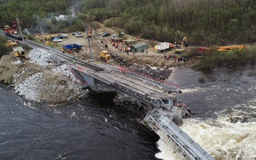 Последствия обрушения железнодорожного моста через реку Кола