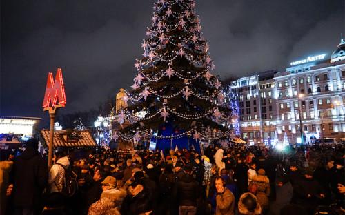 Участники акции протеста противплатных парковок у елки наПушкинской площади вМоскве
