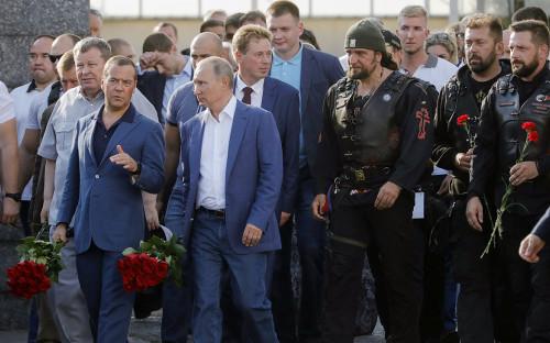 <p>Владимир Путин и Дмитрий Медведев с участниками мотоклуба&nbsp;&laquo;Ночные волки&raquo; в Севастополе</p>  <p></p>