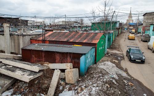 """<p>&laquo;Шанхай&raquo;&nbsp;&mdash; неофициальное название нескольких гаражных кооперативов&nbsp;на&nbsp;юго-западе Москвы. Самый крупный из них&nbsp;&mdash; &laquo;Стрела&raquo;&nbsp;&mdash; насчитывает 5,5&nbsp;тыс. гаражей. Всего&nbsp;же&nbsp;в&nbsp;&laquo;Шанхае&raquo; их более 8 тыс. Они занимают площадь <a href=""""https://zona.media/article/2016/19/02/garage"""">около&nbsp;50 га</a>. В &laquo;Шанхае&raquo; расположены не только гаражи, но и дешевые автосервисы, кафе, репетиционные базы музыкантов и мотоклуб</p>"""