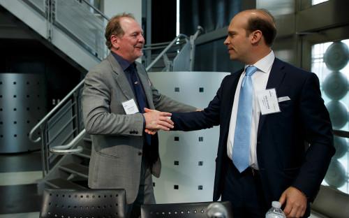 Глава компании Aurora Cannabis Inc. ТерриБут (слева) и глава компании MedReleaf Corp. Нил Клоснер