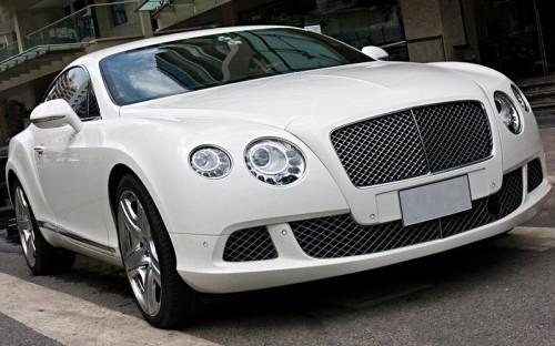 """<p><strong>Bentley</strong></p>  <p>Среди депутатов есть пять обладателей автомобиля люкс-класса Bentley. Bentley Continental задекларировали супруга депутата от&nbsp;ЛДПР Эдуарда Маркина (доход семьи за&nbsp;год&nbsp;40,2 млн&nbsp;руб.) и&nbsp;супруга члена &laquo;Справедливой России&raquo; Михаила Сердюка (доход семьи 56 млн&nbsp;руб.).</p>  <p>Эсэр Михаил Сердюк подарил жене новый Bentley Continental GT в&nbsp;2010 году. &laquo;В 2009 году супруга родила, и&nbsp;я сделал ей подарок&raquo;,&nbsp;&mdash; рассказал РБК депутат.</p>  <p>Еще один Bentley Continental Flying Spur есть у жены председателя комитета по&nbsp;СНГ Леонида Слуцкого. Этот автомобиль, судя&nbsp;по&nbsp;декларациям депутата, принадлежит его супруге минимум с&nbsp;2011 года. Стоимость такого автомобиля, по&nbsp;данным сервиса auto.ru, начинается от&nbsp;11,5 млн&nbsp;руб. Семейный доход супругов Слуцких в&nbsp;2011 году составил 2 млн&nbsp;руб., в&nbsp;2015 году &mdash;&nbsp;5,5 млн&nbsp;руб.</p>  <p>Единоросс из&nbsp;Дагестана Балаш Балашов задекларировал Bentley Continental GT V8 (на фото). Этим автомобилем депутат, судя&nbsp;по&nbsp;его декларациям, владеет с&nbsp;2014 года. За этот год депутат задекларировал&nbsp;4,1 млн&nbsp;руб. дохода, за&nbsp;2015 год&nbsp;&mdash;&nbsp;уже 80 млн&nbsp;руб.</p>  <p>Такой&nbsp;же&nbsp;автомобиль есть у единоросса, бывшего топ-менеджера Магнитогорского металлургического комбината Антона Жаркова (в последней декларации он указал доход в&nbsp;103 млн&nbsp;руб.). Жарков рассказал&nbsp;РБК, что год выпуска&nbsp;его Bentley Continental GT V8&nbsp;&mdash; 2013-й<span style=""""line-height: 1.6;"""">. &laquo;Я купил его на&nbsp;распродаже, он подержанный. Продал Mercedes-купе и&nbsp;на&nbsp;эти деньги купил&raquo;,&nbsp;&mdash; поделился депутат. Цену Жарков не&nbsp;помнит.</span></p>"""