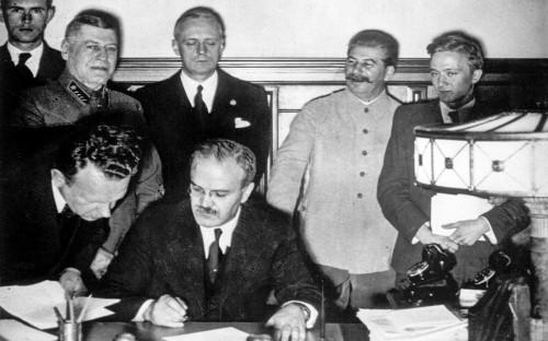 Вячеслав Молотов (на первом плане), Иосиф Сталин (второй справа) и Йоахим фон Риббентроп (третий справа)
