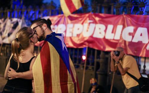 В ночь накануне голосования в парламенте Каталонии многие жители региона не спали.
