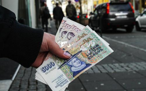 """<p><span style=""""color: rgb(128, 0, 0);""""><span style=""""font-size: 16px;""""><strong>Исландия</strong></span></span></p>  <p><strong>Когда ввели:</strong><em> </em>ноябрь 2008 года</p>  <p><strong>При каких обстоятельствах: </strong>Вслед за падением трех крупнейших исландских банков в 2008 году местное правительство ввело жесткие ограничения на вывод капитала с целью стабилизировать курс исландской кроны. За неделю до банковского краха крона обвалилась на 25%. Ограничения распространялись как на резидентов, так и на нерезидентов. Курс национальной валюты удалось стабилизировать в короткие сроки.</p>  <p><strong>Когда отменили: </strong>Меры остаются в силе, Центробанк Исландии планирует отменить их к концу 2015 года</p>  <p><strong>Эффективность: </strong>Об успешности исландского режима контроля за капиталом пока рано судить, но большинство экономистов расценивают свежий опыт Исландии как успех. Меры позволили властям быстро стабилизировать национальную валюту и смягчить денежно-кредитную политику с целью стимулирования экономики, считает МВФ.</p>"""