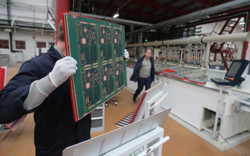 Сотрудник гальванического цеха компании «Связь Инжиниринг КБ» по производству печатных плат