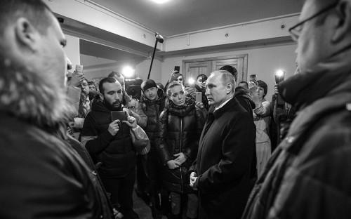 Владимир Путин (справа) во время встречи с жителями города и родственниками пропавших без вести в ТЦ «Зимняя вишня»
