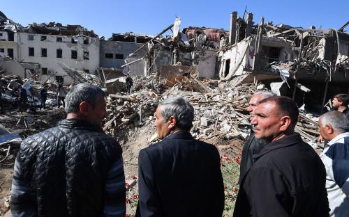 Местные жители в жилом районе города, разрушенном в результате ракетного обстрела 11 октября,Гянджа, Азербайджан.
