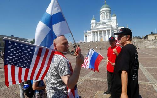Люди на Сенатской площади в Хельсинки во время переговоров Дональда Трампа и Владимира Путина