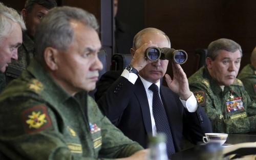 <p>Сергей Шойгу, Владимир Путин и Валерий Герасимов (слева направо). Сентябрь 2017 года</p>
