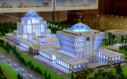 """<p><strong>Парламентский центр в&nbsp;Мневниках</strong></p>  <p>Строительство планировалось начать в&nbsp;конце 2015 года, в&nbsp;2018 или&nbsp;2019 году парламентарии уже планировали въехать в&nbsp;новое здание в&nbsp;районе Хорошево-Мневники, но&nbsp;начало строительства <a href=""""http://www.rbc.ru/politics/01/02/2016/569d00c69a79475b06215be3"""">откладывается</a>.</p>  <p>Общая площадь Парламентского центра должна составить 345&nbsp;тыс.&nbsp;кв.&nbsp;м, максимальная высота&nbsp;&mdash; 75&nbsp;м. Стоимость проекта&nbsp;оценивается&nbsp;в&nbsp;70 млрд&nbsp;руб.</p>  <p>Главный кандидат&nbsp;на&nbsp;строительство центра &mdash;&nbsp;группа БИН Микаила Шишханова и семьи&nbsp;Михаила Гуцериева<br /> &nbsp;</p>"""