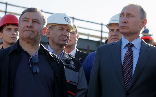 Аркадий Ротенберг и Владимир Путин (на первом плане) во время осмотра строящегося Крымского моста