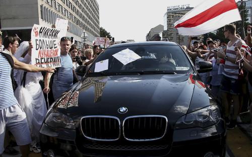 Сторонники оппозиции перекрыли движение автомобилю министра здравоохранения Владимиру Каранику во время акции протеста