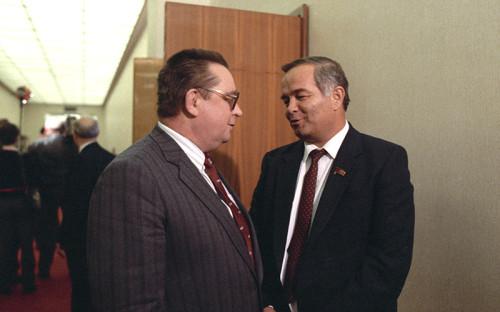 <p>В 1966 году Ислам Каримов начал работу в&nbsp;Госплане Узбекской&nbsp;ССР. Через 20 лет службы он стал его председателем и&nbsp;заместителем председателя Совета министров Узбекской&nbsp;ССР. К этому моменту по&nbsp;таким показателям, как&nbsp;уровень экономического развития, ВНП и&nbsp;уровень потребления на&nbsp;душу населения Узбекистан занимал предпоследнее место в&nbsp;СССР. В разгаре было &laquo;хлопковое дело&raquo;&nbsp;&mdash; показательный процесс борьбы с&nbsp;коррупцией в республике. Каримов, назначенный на&nbsp;пост генерального секретаря компартии Узбекистана в&nbsp;июне 1989 года, в&nbsp;докладе на&nbsp;XXVII съезде КПСС заявлял: для&nbsp;решения всех назревших в&nbsp;республике проблем необходимы, во-первых, экономическая самостоятельность,&nbsp;и, во-вторых, укрепление национально-государственного суверенитета Узбекистана. В качестве основной идеи нового курса реформ им была сформулирована идея перехода к&nbsp;рыночной экономике &laquo;с человеческим лицом&raquo;, с&nbsp;социально гармонизированными рыночными отношениями.</p>  <p>На фото: премьер-министр СССР Валентин Павлов (слева) и&nbsp;первый секретарь ЦК компартии Узбекистана&nbsp;Ислам Каримов</p>
