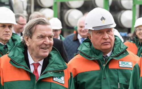 Герхард Шрёдер и Игорь Сечин (слева направо) во время посещения нефтеперерабатывающего завода «Роснефти»