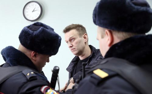 Алексей Навальный (в центре)