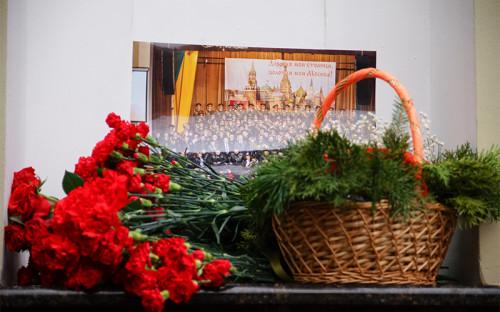 <p>Цветы у здания концертного зала &laquo;Александровский&raquo; в&nbsp;связи&nbsp;с&nbsp;крушением самолета Ту-154</p>