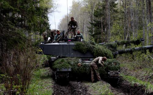 Британские танкиChallenger во время ученийSpring Storm в Эстонии
