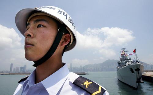 <p>На сегодняшний день, ВМФ Китая насчитывает более 300 кораблей и считается крупнейшим в Азии. Как говорится в докладе Министерства обороны США Конгрессу 2016 года, Китай в последние годы обновляет флот, принимая на вооружение более крупные многоцелевые корабли, оснащенные современными противокорабельным, противовоздушным и противолодочным оружием, а также новыми технологиями обнаружения (на фото &mdash; эскадренный миноносец с управляемым ракетным оружием).</p>
