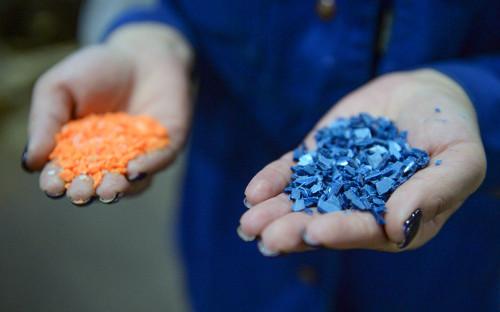 Полимерный гранулят разных цветов в цехе переработки пластмасс на заводе имени «Комсомольской правды» в Санкт-Петербурге