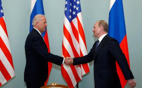 Джо Байден иВладимир Путин на встрече в 2011 году