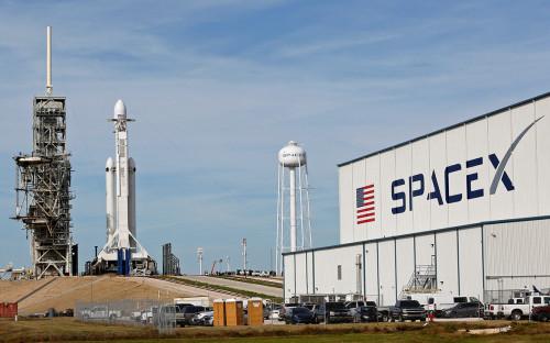 <p>Cверхтяжелая ракета Falcon Heavy на стартовой площадке</p>