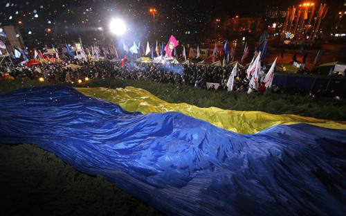 <p>Решение президента Украины Виктора Януковича отложить подписание Соглашения об ассоциации Украина-ЕС, о котором власти объявили за неделю до&nbsp;его подписания, спровоцировало волну протеста. Первая протестная акция на Майдане прошла 21 ноября и насчитывала от 1&nbsp;тыс.&nbsp;до 2 тыс. человек. Почти сразу в центре Киева, несмотря на запреты властей, образовался палаточный городок.&nbsp;</p>  <p><em>На фото:&nbsp;акция протеста на Майдане, 26 ноября.</em>&nbsp;</p>