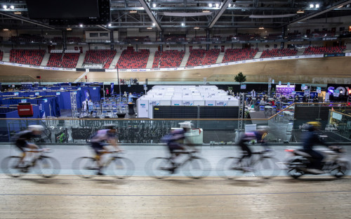 Спортсмены тренируется на велодроме, который был превращен в центр вакцинации, во французском городе Сен-Кентен ан Ивелин