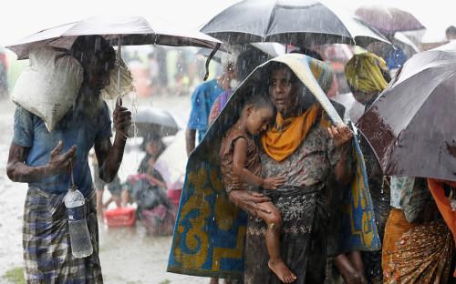 <p>Правительство Мьянмы проводит в штате Ракхайн антитеррористическую операцию. Многие жители провинции спасаются от властей бегством в соседний Бангладеш, где местные силовики пытаются блокировать&nbsp;их на границе. Ситуацию усугубляют тяжелые погодные условия (ливни и жара).</p>