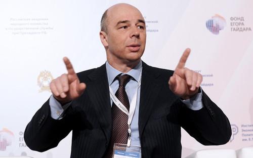 """<p><b>Антон Силуанов</b><br /> <i>Министр финансов</i><br /> <br /> <font color=""""navy"""">1 октября 2013г.</font><br /> <br /> &laquo;Вы можете сказать, что взяли и пенсионные накопления конфисковали - ничего подобного, мы их не конфисковываем, мы говорим, что обязательства граждан также будут формироваться, только в страховой части, на эти обязательства будут начисляться проценты такие же, как по общей системе. Поэтому для пенсионера это все равно его деньги, увеличенные на стабильный доход&raquo; (&laquo;Интерфакс&raquo;).<br /> <br /> <font color=""""navy"""">24 декабря 2013г.</font><br /> <br /> &laquo;Никто не собирается заниматься использованием средств накопительной части для финансирования расходов. Если вы посмотрите, у нас в этом году 243 млрд руб не направлены на расходы. Они зарезервированы и под них никакие обязательства не планируются. У нас есть жесткое понимание, что на эту сумму мы не будем производить никакие расходы&raquo; (&laquo;Ведомости&raquo;).</p>"""