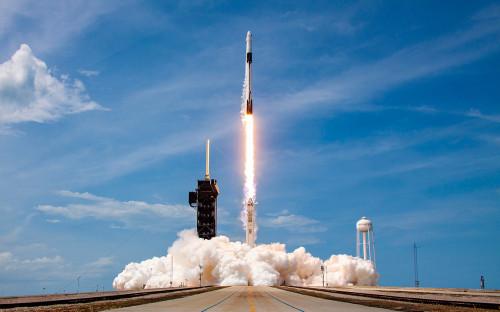 Ракета-носитель Falcon 9 с кораблем Crew Dragon