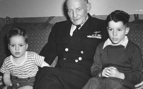 Джон Маккейн третий (справа) с дедом адмиралом Джоном Маккейном и младшим братом. Место съемки неизвестно.