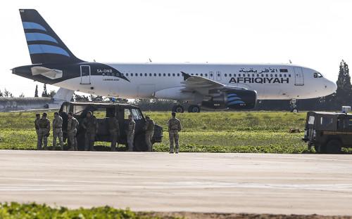 Захваченный пассажирский самолет A320 авиакомпании Afriqiyah Airways в аэропорту Мальты
