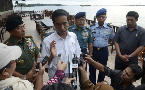 Президент Индонезии Джоко Видодо (в центре) отвечает на вопросы журналистов касательно пропавшего лайнера авиакомпании AirAsia.