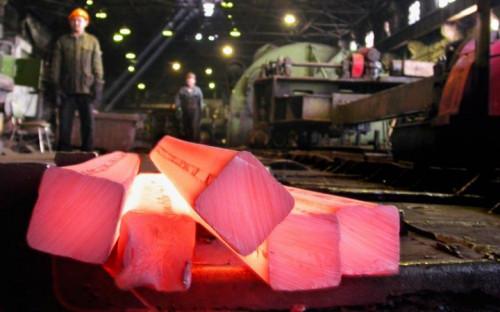 """<p><b>Челябинский металлургический комбинат</b><br /> <br /> Крупнейшее в России предприятие полного металлургического цикла по выпуску качественных и высококачественных сталей. ЧМК выпускает широкий сортамент продукции металлургического производства: чушковый чугун, полуфабрикаты стальные для дальнейшего передела, сортовой и листовой металлопрокат из углеродистых, конструкционных, инструментальных и коррозионно-стойких марок стали.<br /> <br /> <b>Объем производства:</b> 4,3 млн т стали, 4 млн т проката<br /> <b>EBITDA:</b> $300 млн<br /> <b>Предполагаемая рыночная цена:</b> <span style=""""color:#8b0000;font-size:120%;font-weight:bold;"""">$1500 млн </span><br /> <br /> <b>Потенциальные покупатели:</b><br /> <b>Evraz</b> - в случае покупки этого актива компания может стать монополистом на рынке арматуры и строительной стали<br /> <b>&quot;Ростех&quot;</b> - у компании есть деньги на покупку активов, она участвует в программе перевооружения Российской армии, для этих нужд можно использовать сталь с купленного предприятия&nbsp;</p>"""