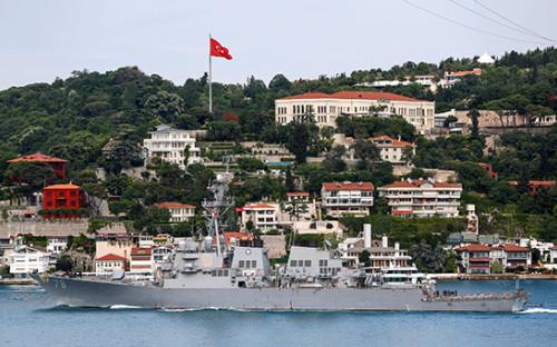 <p>Эсминец&nbsp;&laquo;Портер&raquo;&nbsp;на пути к Черному морю в Стамбуле, Турция.&nbsp;6 июня 2016 года</p>  <p></p>