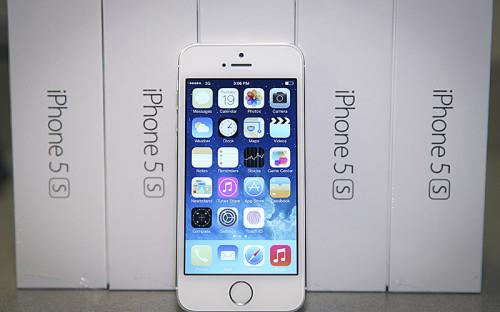 """<p><span style=""""font-size:16px;""""><strong>Apple iPhone 5S 16 Гб</strong></span></p>  <p><em>Подешевел приблизительно на&nbsp;30%</em></p>  <p>Устройства корпорации Apple, несмотря&nbsp;на&nbsp;затяжное обесценивание рубля, с&nbsp;декабря 2015 года дешевеют. Наибольшее&nbsp;снижение&nbsp;цены с&nbsp;12 декабря по&nbsp;13 января показывает модель&nbsp;iPhone 5S с&nbsp;<span style=""""line-height: 25.6px;"""">&nbsp;</span><span style=""""line-height: 25.6px;"""">минимальным&nbsp;</span><span style=""""line-height: 1.6;"""">объемом памяти&nbsp;&mdash;&nbsp;16 </span>Гб<span style=""""line-height: 1.6;"""">, представленная на&nbsp;российском рынке еще в&nbsp;октябре 2013-го. В среднем стоимость устройства в&nbsp;розничных сетях в&nbsp;России за&nbsp;прошедший месяц снизилась примерно на&nbsp;треть.</span></p>  <p>В интернет-магазинах сетей Media Markt и&nbsp;МТС эта версия смартфона <span style=""""line-height: 1.6;"""">стоит меньше 25&nbsp;тыс.&nbsp;руб., в&nbsp;&laquo;М.Видео&raquo;, re:Store, &laquo;Эльдорадо&raquo; &mdash; около&nbsp;26&nbsp;тыс.&nbsp;руб. (по состоянию на&nbsp;22&nbsp;января).</span></p>  <p><span style=""""line-height: 1.6;"""">При этом, как&nbsp;показало исследование&nbsp;РБК, еще в&nbsp;конце ноября&nbsp;&mdash;&nbsp;начале декабря iPhone 5S с&nbsp;16Гб в&nbsp;&laquo;Связном&raquo; и&nbsp;&laquo;М.Видео&raquo; стоил около&nbsp;30&nbsp;тыс.&nbsp;руб., в&nbsp;&laquo;</span>Евросети<span style=""""line-height: 1.6;"""">&raquo;&nbsp;&mdash; примерно 35&nbsp;тыс.&nbsp;руб., в&nbsp;МТС&nbsp;&mdash;&nbsp;около&nbsp;40&nbsp;тыс.&nbsp;руб. То есть речь идет о снижении&nbsp;</span><span style=""""line-height: 1.6;"""">на&nbsp;20&ndash;35%.</span></p>  <p><span style=""""line-height: 1.6;"""">На старте продаж два с&nbsp;лишним года назад iPhone 5S с&nbsp;16 </span>Гб<span style=""""line-height: 1.6;""""> стоил&nbsp;в&nbsp;магазинах около&nbsp;30&nbsp;тыс.&nbsp;руб.</span></p>"""