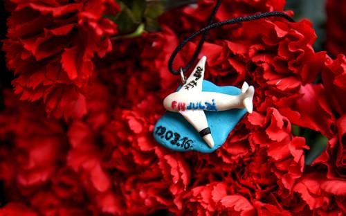 Цветы впамять опогибших вавиакатастрофе Boeing 737 вРостове-на-Дону у представительства Ростовской области вМоскве