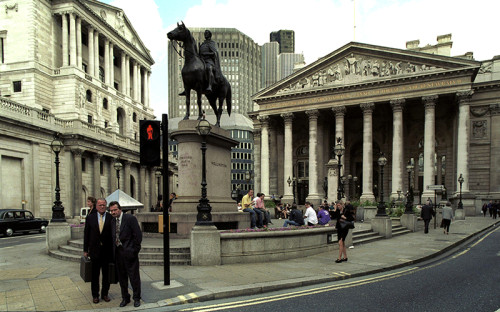 """<p><span style=""""font-size:16px;""""><strong>Великобритания</strong></span></p> &nbsp;  <p><strong>Когда повысили ставку</strong>: 16 сентября 1992 года</p>  <p><strong>Размер повышения</strong>: с 10&nbsp;до 15%</p> &nbsp;  <p><strong>Обстоятельства</strong>: Банк Англии (на фото слева) повысил ключевую ставку с 10&nbsp;до 12% утром 16 сентября. Позже этим же днем ставка была повышена до 15%. Регулятор был вынужден пойти на этот шаг, чтобы поддержать стоимость фунта в условиях начавшейся накануне спекулятивной атаки. Ее самым известным автором был Джордж Сорос. Его хедж-фонд Quantum Fund вместе с другими международными инвесторами, осознав, что&nbsp;Банк Англии не сможет отпустить курс фунта ниже диапазона, установленного&nbsp;Европейским механизмом обменных курсов (ERM), интенсивно продавали британскую валюту. Центробанк потратил больше половины своих резервов на удержание курса, и к вечеру 16 сентября (&laquo;черная среда&raquo;) Великобритания объявила о выходе из ERM, позволив фунту обесцениться. Спекулятивная атака обошлась казне, по официальным данным, в &pound;3,4 млрд. По другим сведениям, ущерб составил &pound;27 млрд.</p> &nbsp;  <p><strong>Что было после</strong>: Высокие процентные ставки Банка Англии в начале 1990-х годов были одной из причин завышенной стоимости фунта. Переоцененная национальная валюта повлекла за собой рецессию. Однако к середине 1990-х экономика адаптировалась к новым условиям. &laquo;Черная среда&raquo; ознаменовала собой слом всей прежней системы обменных курсов в Европе.</p>"""